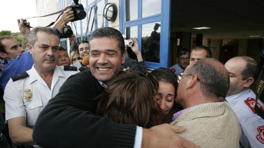 De Onalia Bueno y Francisco González (PP) al salir del Juzgado en enero de 2007 #3