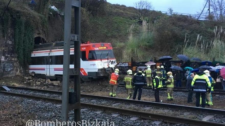 Imagen de un tren descarrilado en Sestao