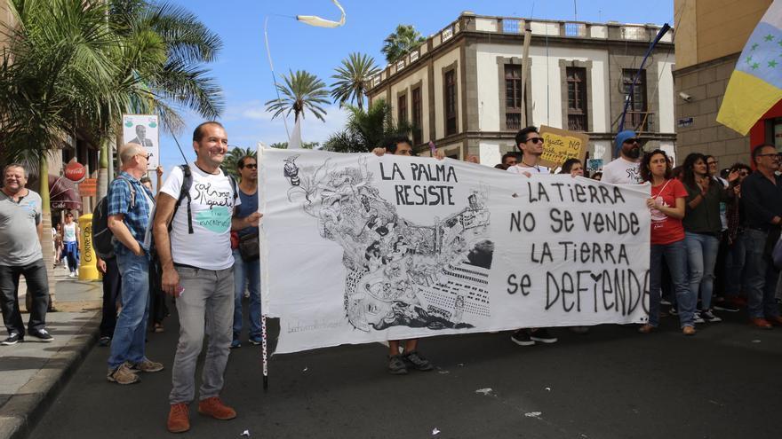 Pancartas de apoyo a la lucha contra la ampliación del muelle de Agaete.