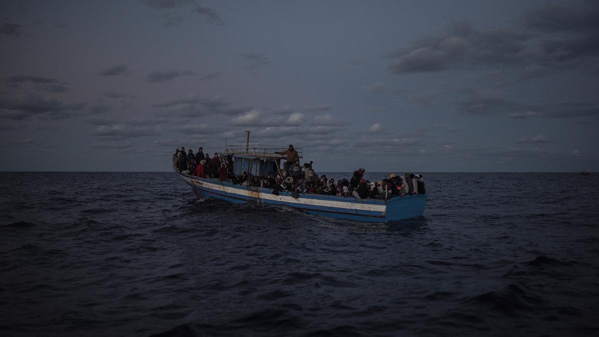 Primera embarcación rescatada con 169 personas