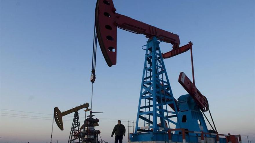 El petróleo de Texas abre con un descenso del 0,41 % hasta 51,49 dólares