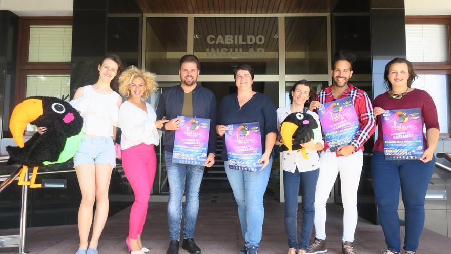 En la imagen, Ascensión Rodríguez junto a los organizadores del evento.
