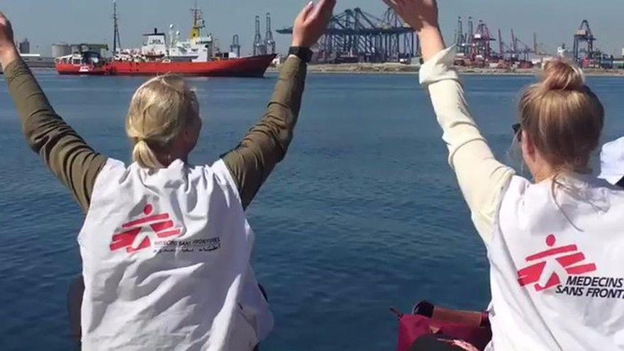 Dos voluntarias de Médicos sin Fronteras reciben desde el muelle al Aquarius a su llegada a Valencia