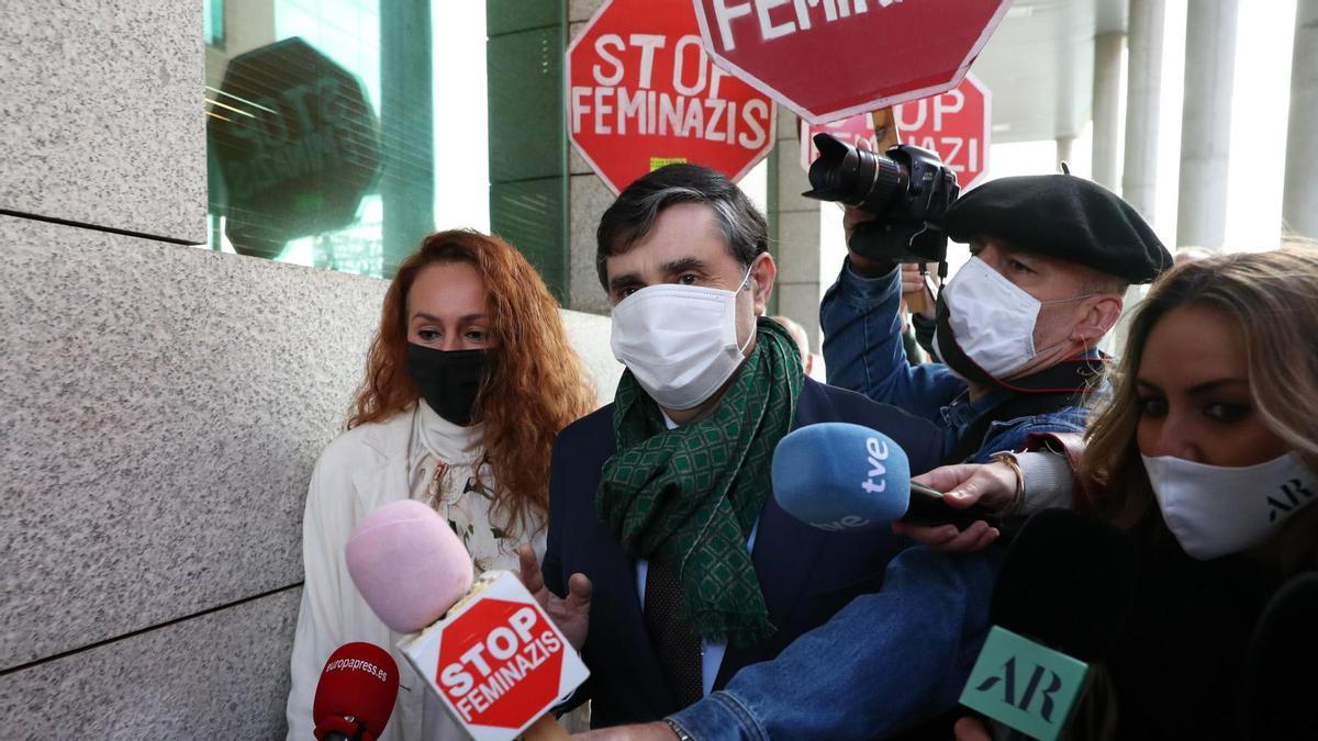 Rocío Carrasco, acosada por este pequeño grupo de manifestantes