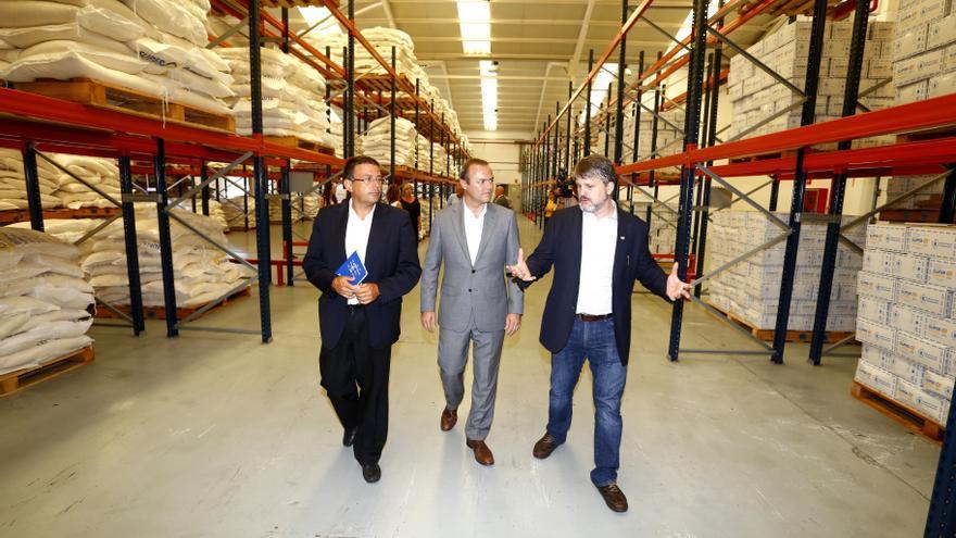 El alcalde de Las Palmas de Gran Canaria, Augusto Hidalgo,  junto al presidente de la Autoridad portuaria de Las Palmas, Luis Ibarra, y el director del centro logístico del Programa Mundial de Alimentos (PMA), Pablo Yuste.