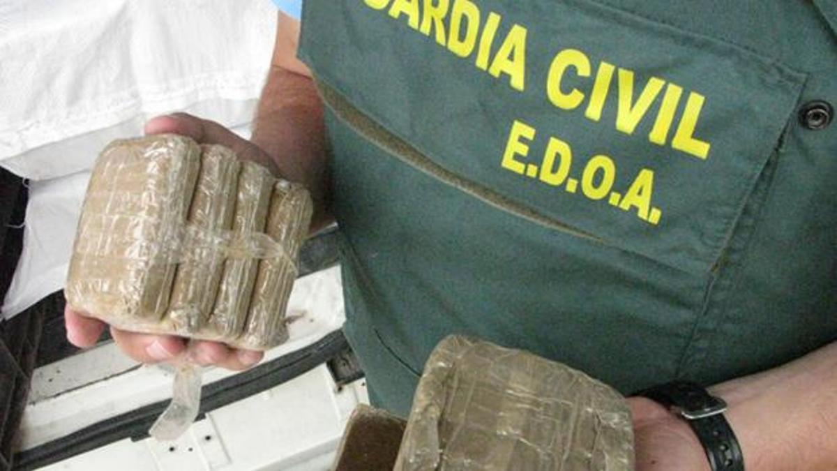 Un agente del Equipo de Delincuencia Organizada y Antidroga (EDOA) de la Guardia Civil.