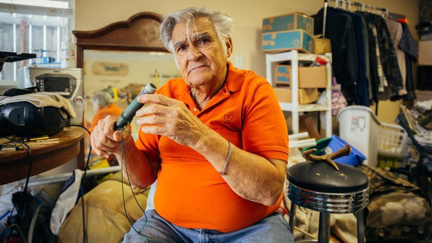 Jerry Alfonso fabrica en el garaje de su casa pitos que imitan el parpar del pato y que se utilizan para la cacería. FOTO: Aníbal Martel