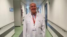 El doctor Rafael Rubio en un pasillo del Hospital 12 de Octubre, donde trabaja