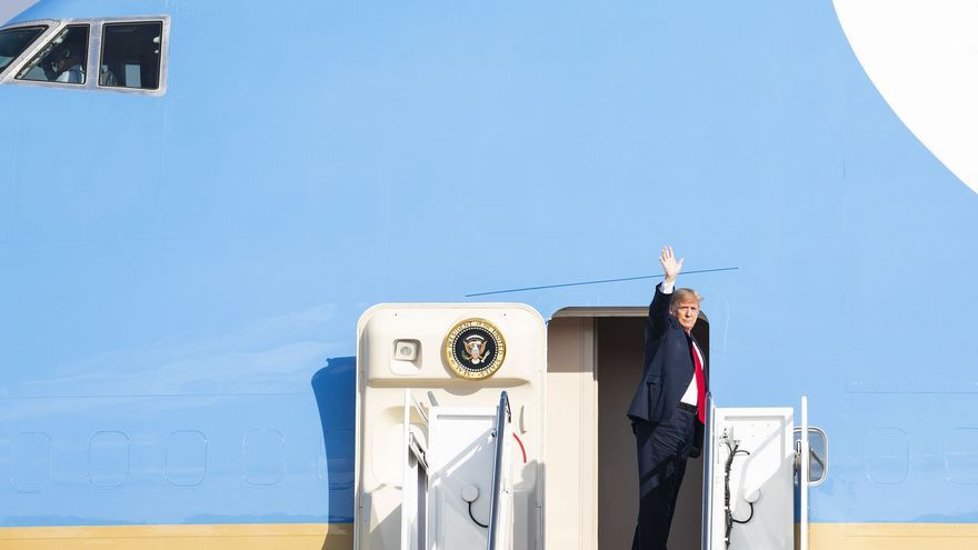 El presidente Donald Trump entrando al Air Force One