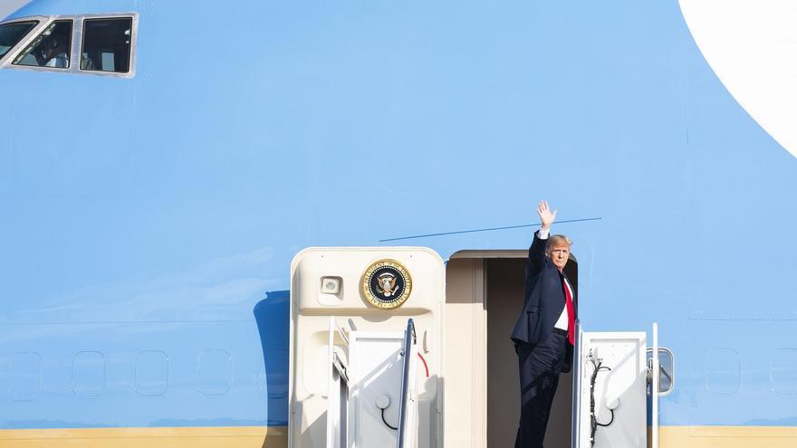 El presidente Donald Trump entrando al Air Force One