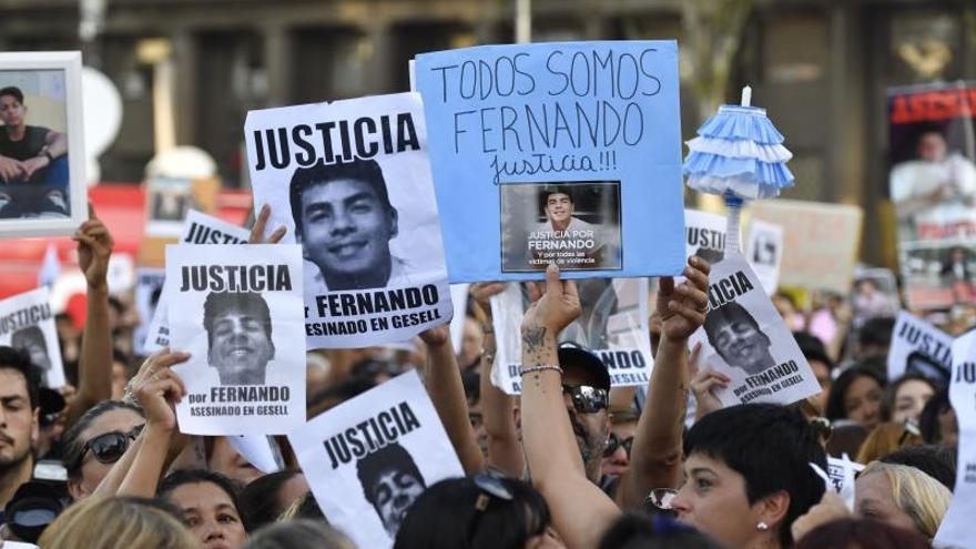 Una multitud pide justicia por un joven asesinado en Argentina a un mes del crimen