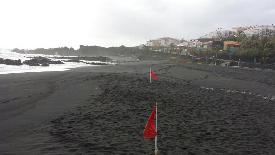En la imagen, banderas rojas en la playa de Los Cancajos.