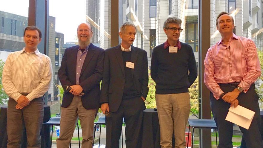 Geoffrey Hinton y Yoshua Bengio (tercero y cuarto empezando por la izquierda) lideran la investigación en Canadá