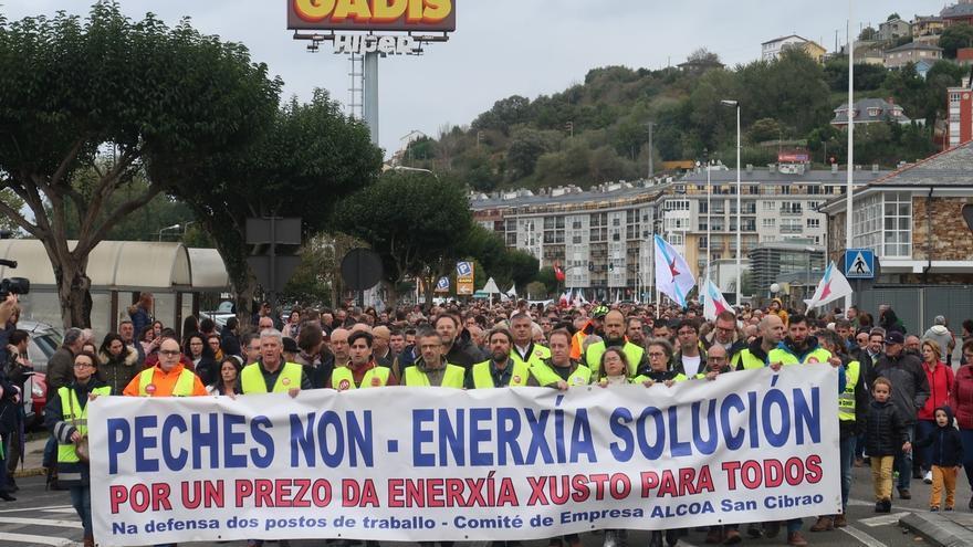 Unas 10.000 personas respaldan a trabajadores de Alcoa en una manifestación en Viveiro (Lugo)