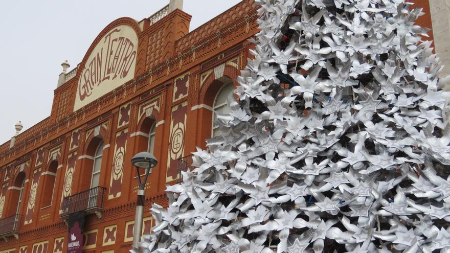 Árbol de Navidad con material reciclado