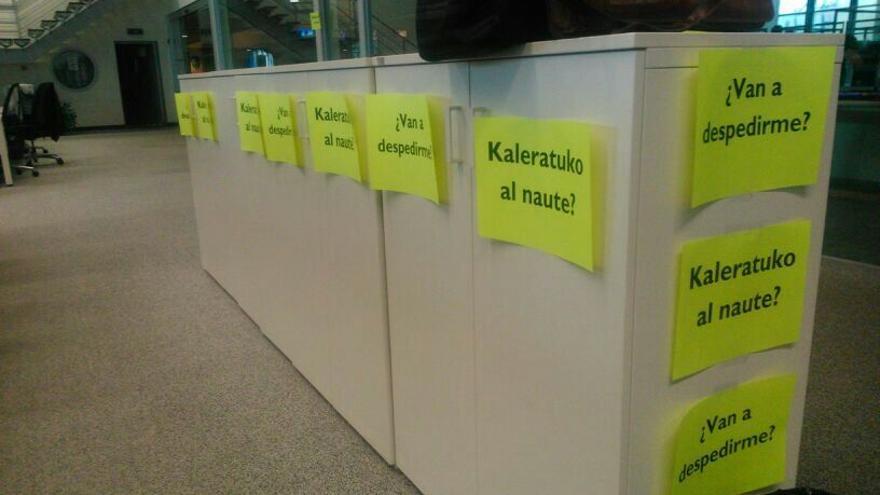 Carteles hoy en la redacción de Radio Euskadi en Bilbao contra la próxima OPE.