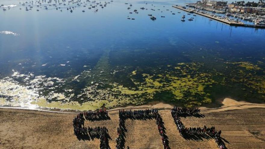 Mural S.O.S. por el Mar Menor realizado por alumnos de la zona este lunes
