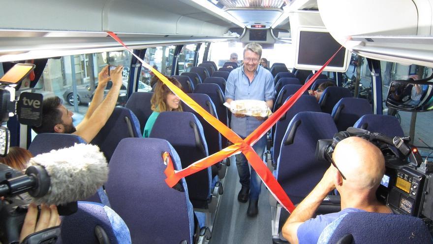 """Domènech (EnComúPodem) rompe las """"líneas rojas"""" que le ponen los periodistas del bus de campaña"""