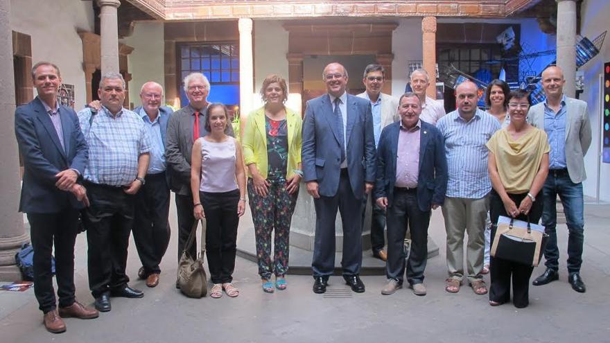Los miembros de la delegación la comarca del Montsec (Lleida), en el patido del Palacio Salazar, con el presidente de Cabildo y técnicos de la Isla.