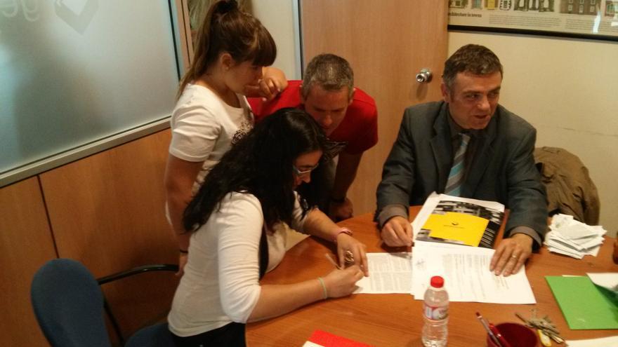Una de las familias del edificio de Terrassa en el momento de firmar el contrato de alquiler.