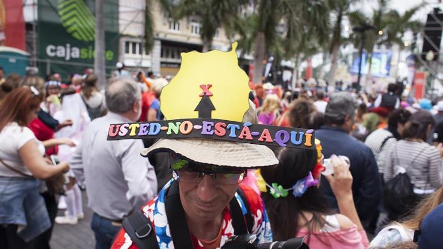 Un hombre participa en el Carnaval de Día de Santa Cruz de Tenerife. EFE/Ramón de la Rocha