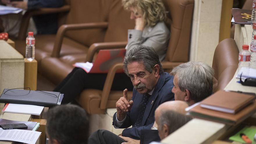 Revilla charla con los consejeros regionalistas. | JOAQUÍN GÓMEZ SASTRE