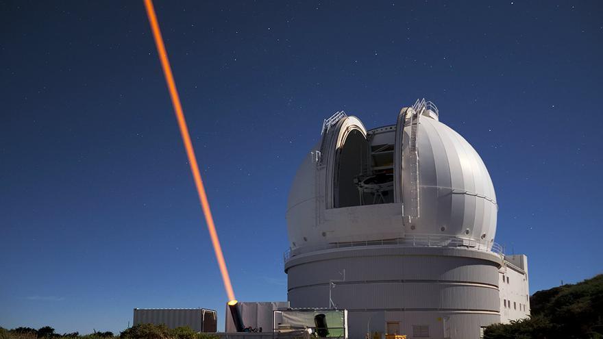 En la imagen, rayo láser lanzado desde Unidad Estelar de Guía de Láser de Wendelstein situada a unos 40 metros del Telescopio William Herschel. Crédito: Observatorio de Paris/Lisa Bardou.