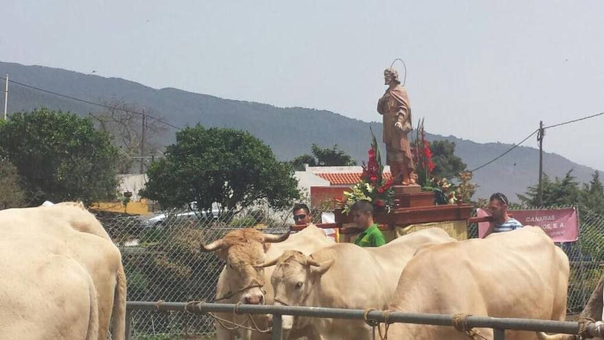 El patrón de los ganaderos, San Isidro Labrador, fue sacado en procesión. Foto: ANTONIO HERNÁNDEZ RIVEROL.
