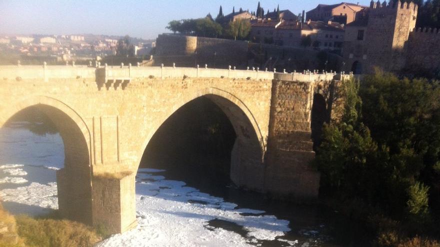 Éspuma blanca en el río Tajo