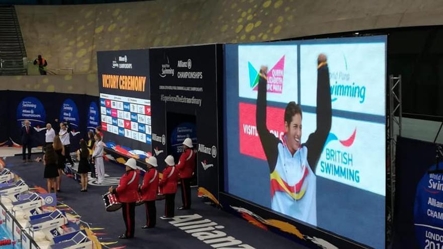 Michelle Alonso, en el podio del Mundial de Natación de Londres.
