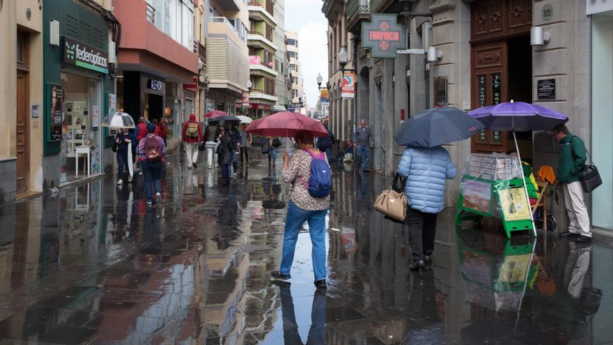 La lluvia alcanza las calles de Las Palmas de Gran Canaria.