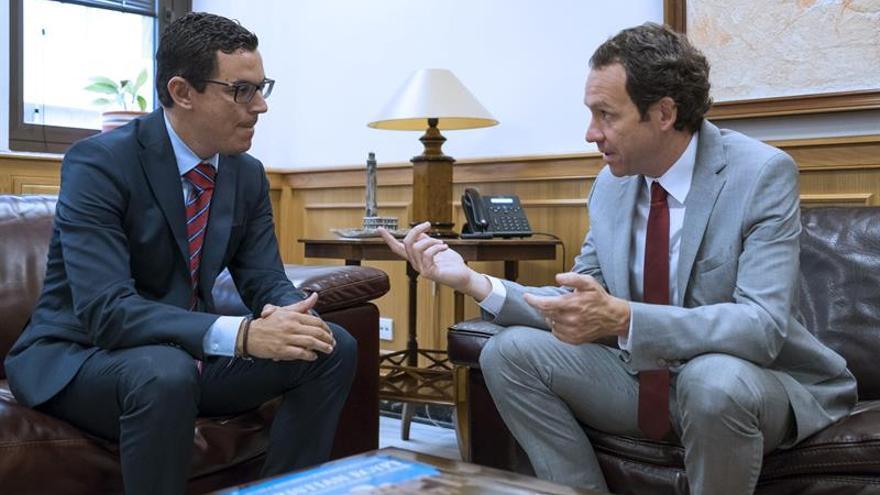 El vicepresidente y consejero de Obras Públicas y Transportes del Gobierno de Canarias, Pablo Rodríguez (i), recibió al consejero de Territorio, Energía y Movilidad del Gobierno de las Islas Baleares, Marc Pons (d).