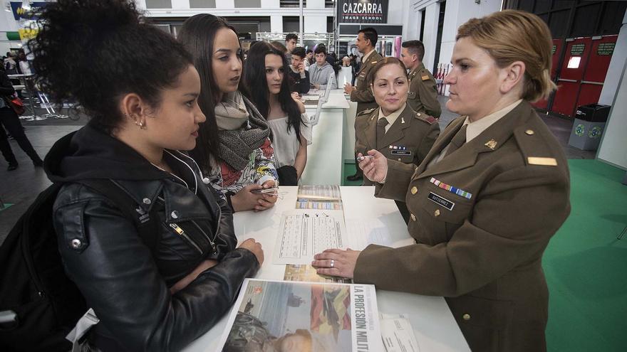 Una estudiante pide información al Ejército en el Salón de la Enseñanza