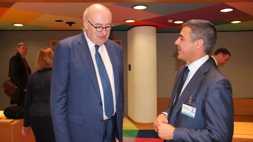 Phil Hogan, comisario de Agricultura y Desarrollo Rural, este lunes en Bruselas junto al consejero Narvay Quintero
