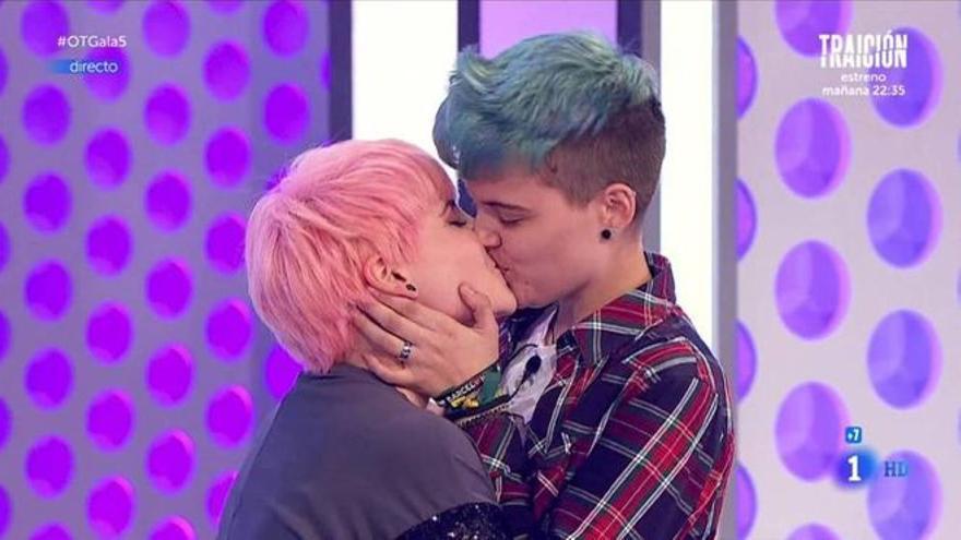 El beso entre Marina y su novio en una gala de Operación Triunfo