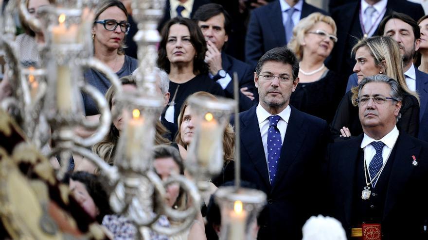 Juan Ignacio Zoido y el ministro de Justicia, Rafael Catalá, en una procesión de la Semana Santa de Sevilla de 2015.