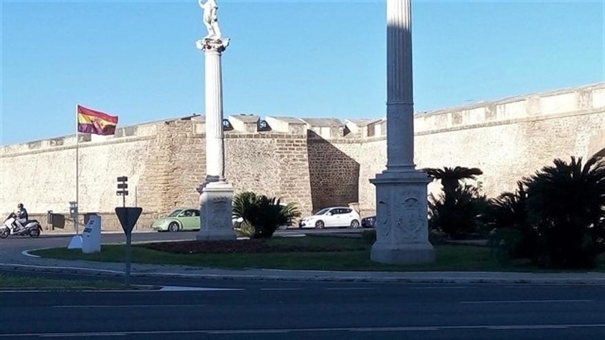 El Ayuntamiento infringió el ordenamiento jurídico al colocar la bandera republicana en Puerta Tierra