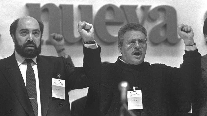 José Acosta y Joaquín Leguina durante el congreso regional de la FSM celebrado el 1 de febrero de 1991 / Foto: EFE