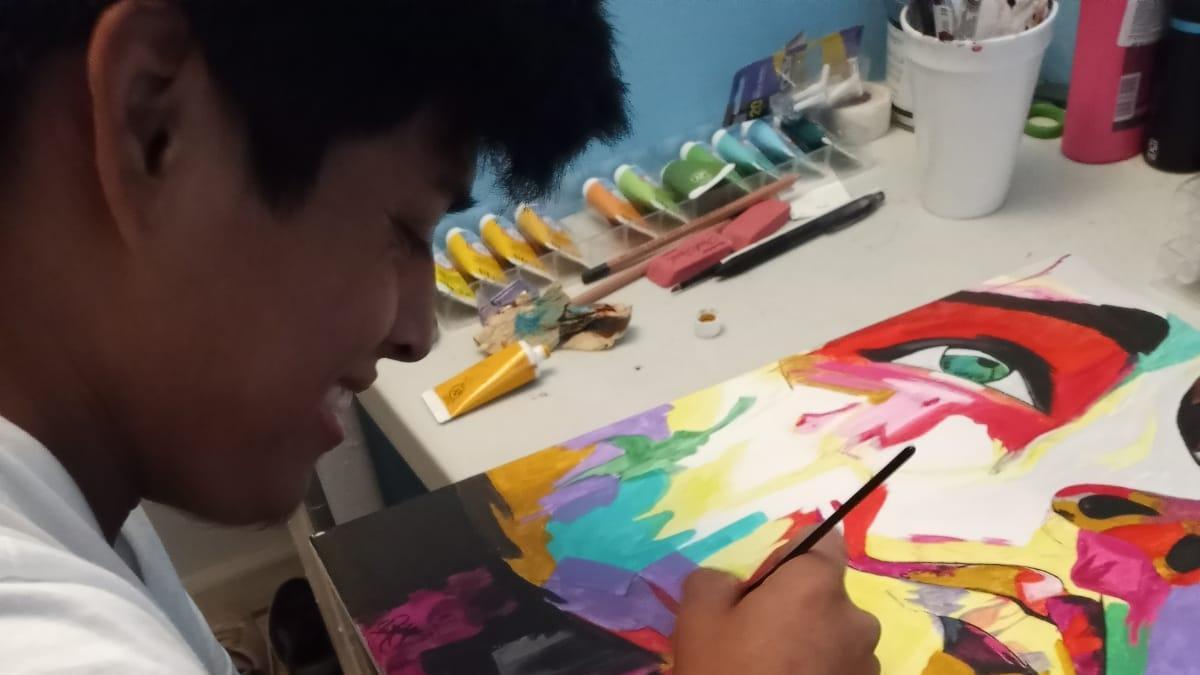 Melvin Coronado pintando 'El valentismo'.