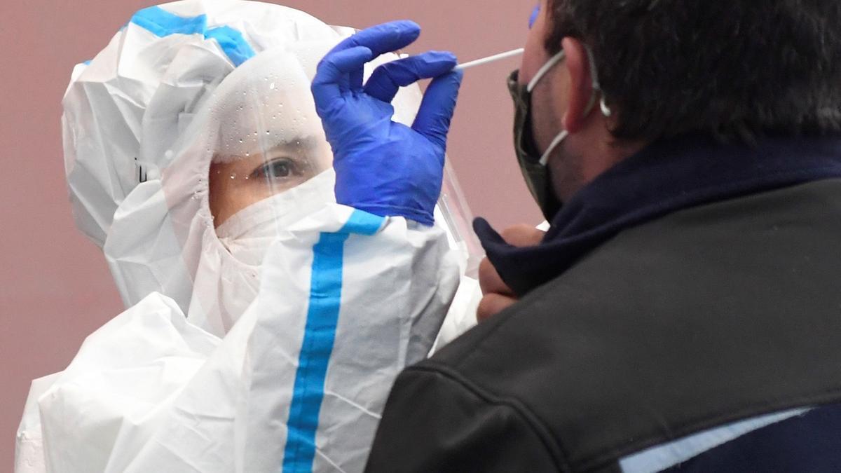 Una sanitaria toma una muestra a un vecino durante un cribado masivo. EFE/Pablo Martín/Archivo