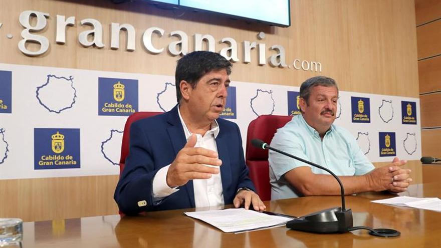 Gilberto Díaz, en representación del Cabildo, y Rafael Hernández, presidente de COAG-Canarias, este jueves