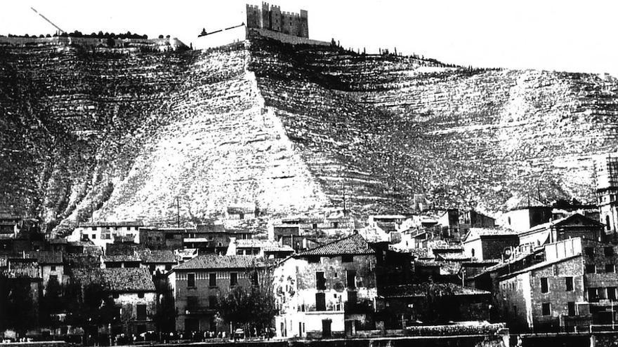 El castillo de Mequinenza es uno de los escenarios de la novela: allí son encerrados los acusados antes de su ejecución.