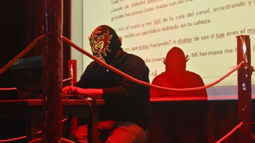 Imagen de archivo de la primera edición del espectáculo de improvisación literaria 'Lucha Libro' del Festival de La Palabra de Garafía.