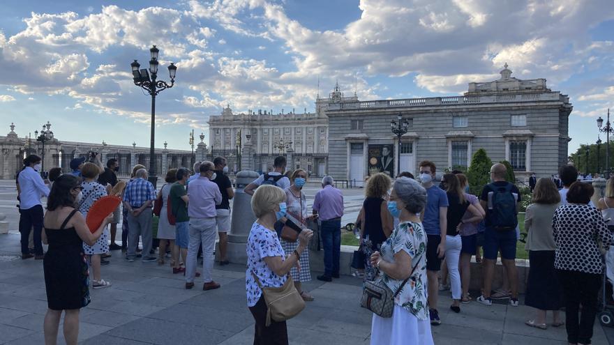 Familiares y curiosos a la entrada de La Almudena