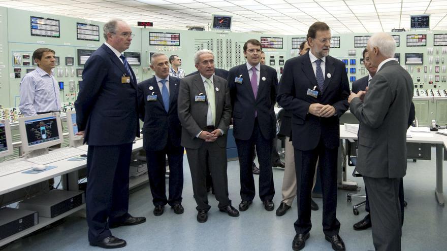 Mariano Rajoy, en una visita a Garoña en octubre de 2009 para escenificar su apoyo a la continuidad de la planta. EFE