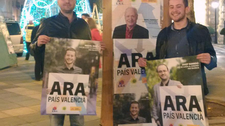 Josep Barberà, cabeza de lista de 'Ara País Valencià', durante la pegada de carteles