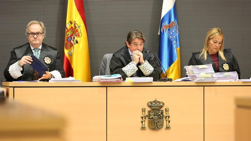 Salvador Alba, en el centro de la imagen, junto a sus compañeros de tribunal en el caso Faycán, Carlos Vielba y Oscarina Naranjo. (ALEJANDRO RAMOS)