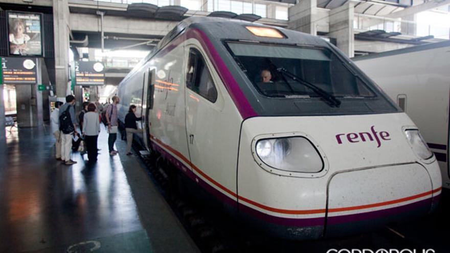 Un tren de Renfe en la estación de Córdoba   MADERO CUBERO