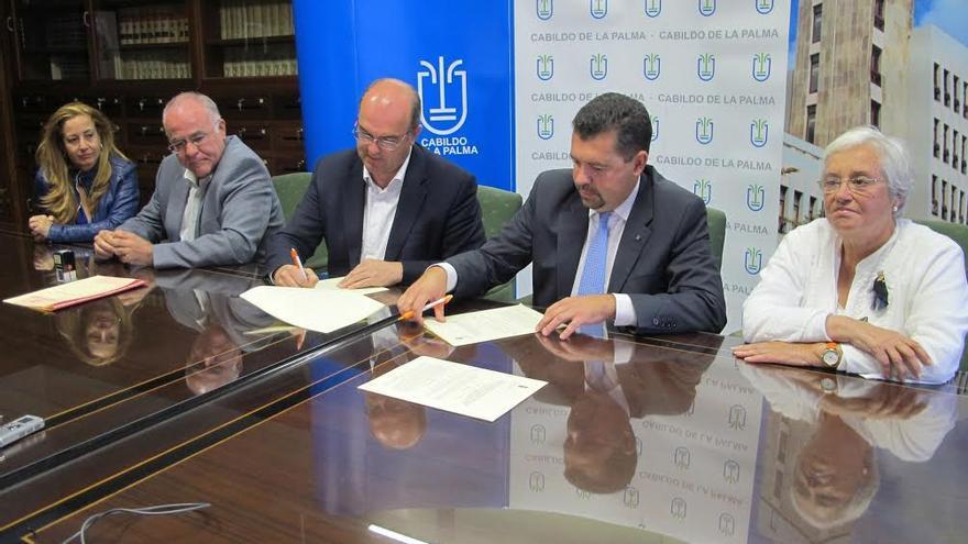 En la imagen, acto de firma del convenio entre el Cabildo y el Patronato de las Fiestas Lustrales.