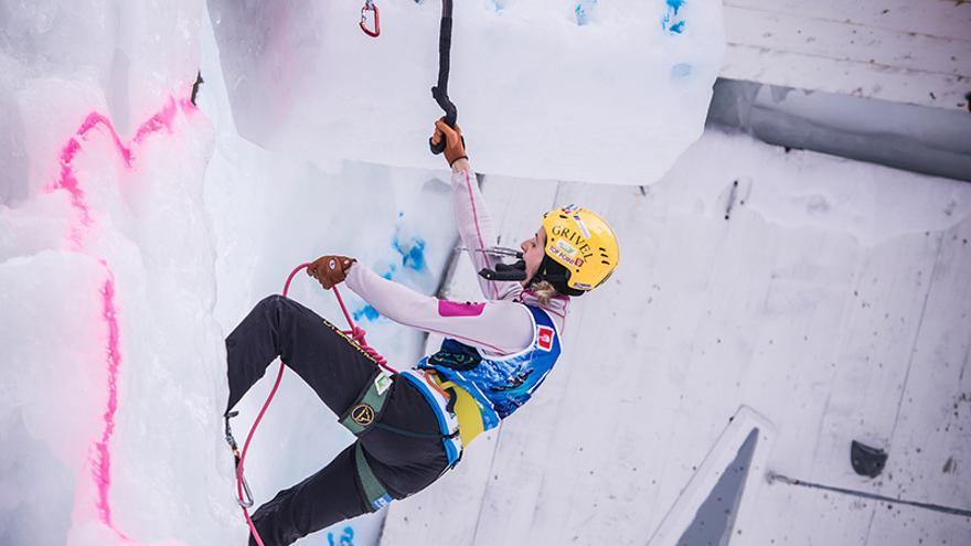 Angelika Rainer en el Campeonato del Mundo de Escalada en Hielo celebrado en Corvara / Rabenstein, Italia (© Harald Wisthaler / Ice Climbing World Championship 2015).